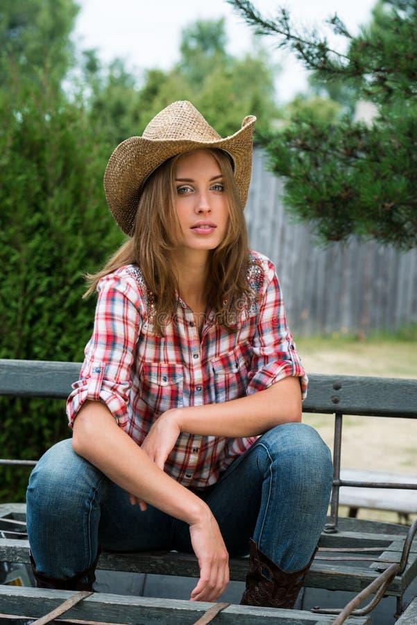 Νέο cowgirl στο καπέλο στοκ φωτογραφίες