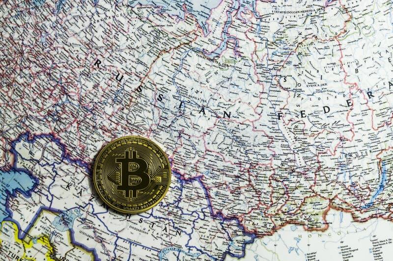 Νέο crypto νόμισμα, bitcoin και χάρτης χρηματοδότησης αμοιβών υπολογιστών στοκ εικόνα με δικαίωμα ελεύθερης χρήσης