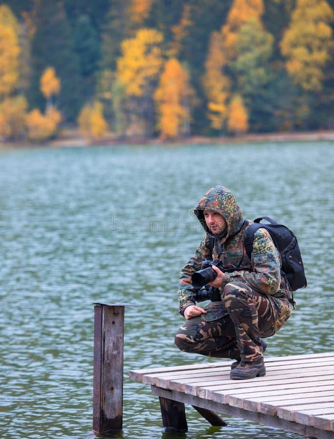 Νέο fotographer κοντά στη λίμνη στοκ εικόνες με δικαίωμα ελεύθερης χρήσης