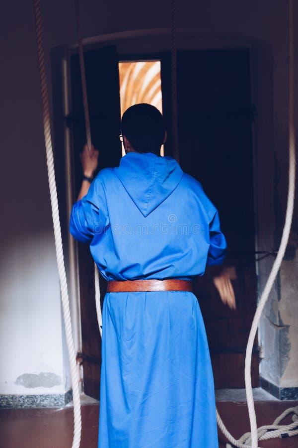 Νέο friar χριστιανικό σχοινί τραβήγματος μοναχών σε ένα σχοινί κουδούνι-κωδωνοκρουστών εκκλησιών - θρησκευτικός εθιμοτυπικός στοκ φωτογραφία με δικαίωμα ελεύθερης χρήσης
