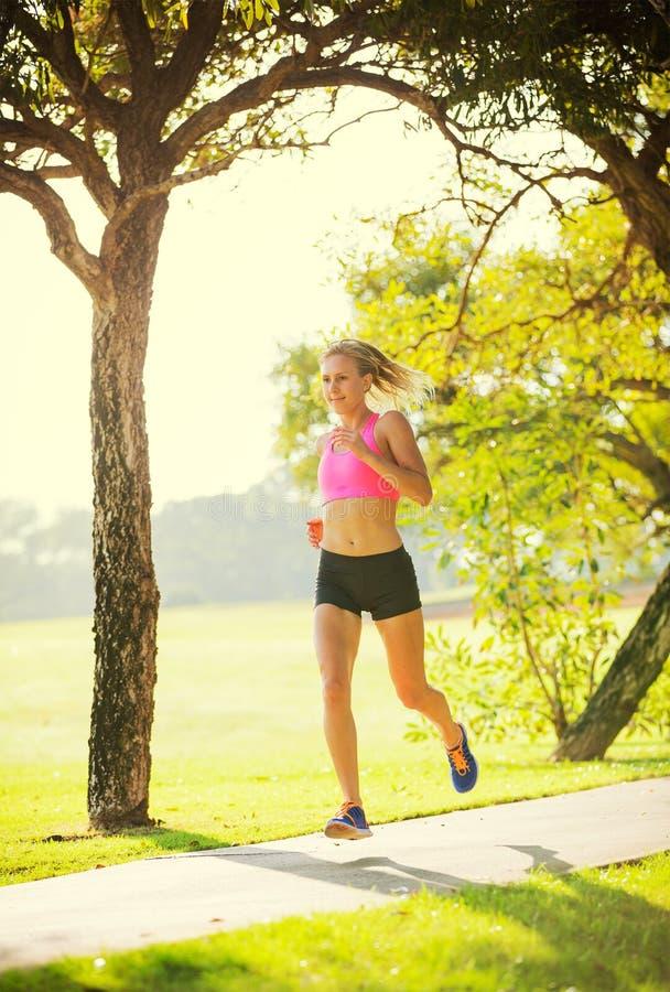 Νέο jogging τρέξιμο γυναικών υπαίθρια στοκ εικόνα