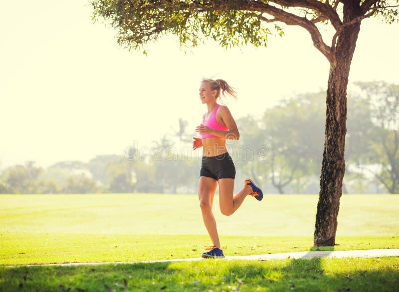 Νέο jogging τρέξιμο γυναικών υπαίθρια στοκ εικόνες