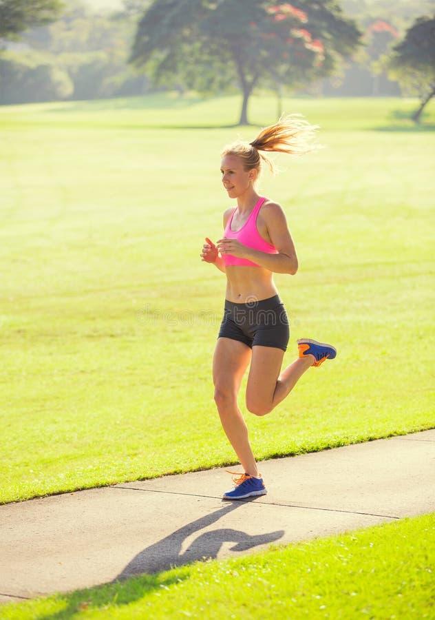 Νέο jogging τρέξιμο γυναικών υπαίθρια στοκ φωτογραφίες με δικαίωμα ελεύθερης χρήσης