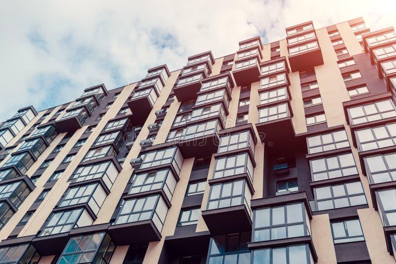 Νέο multi-storey κατοικημένο κτήριο Σύγχρονο σπίτι στο υπόβαθρο ουρανού στοκ φωτογραφία