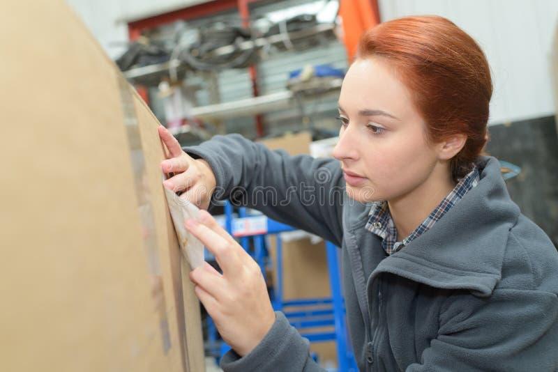 Νέο redhead θηλυκό στέλνοντας δέμα στοκ φωτογραφία