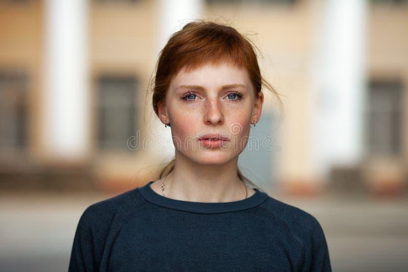 Νέο redhead καυκάσιο υπαίθριο πορτρέτο προσώπου γυναικών σοβαρό στοκ εικόνες με δικαίωμα ελεύθερης χρήσης