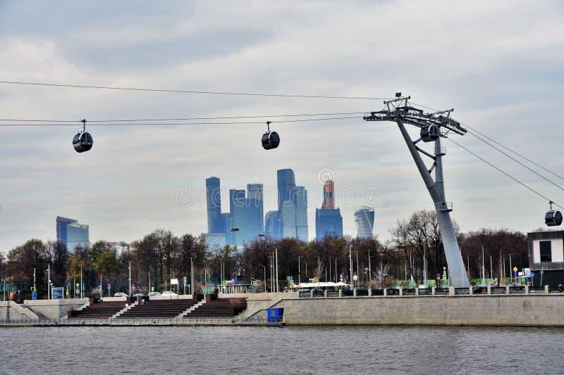 Νέο ropeway στη Μόσχα που συνδέει τους λόφους περιοχής και Vorobyovy sportsa Luzhniki στοκ εικόνα με δικαίωμα ελεύθερης χρήσης