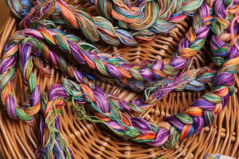 Νήματα κεντητικής κάθε χρώματος από το κιβώτιο της γιαγιάς στοκ εικόνες