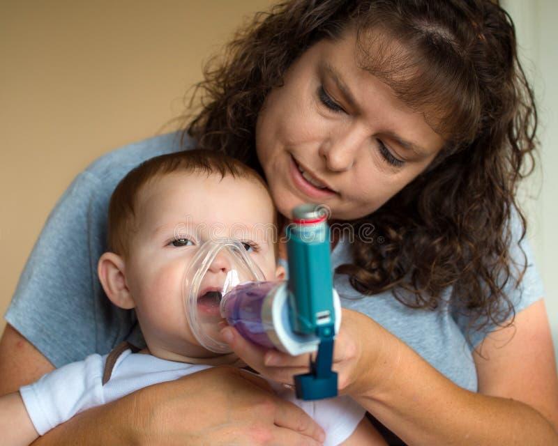 Νήπιο που παίρνει την επεξεργασία αναπνοής από τη μητέρα στοκ εικόνες με δικαίωμα ελεύθερης χρήσης