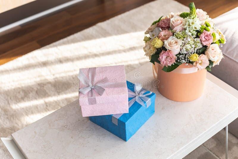 Νίκαια giftwraps και ευχάριστη ανθοδέσμη των λουλουδιών στοκ εικόνες