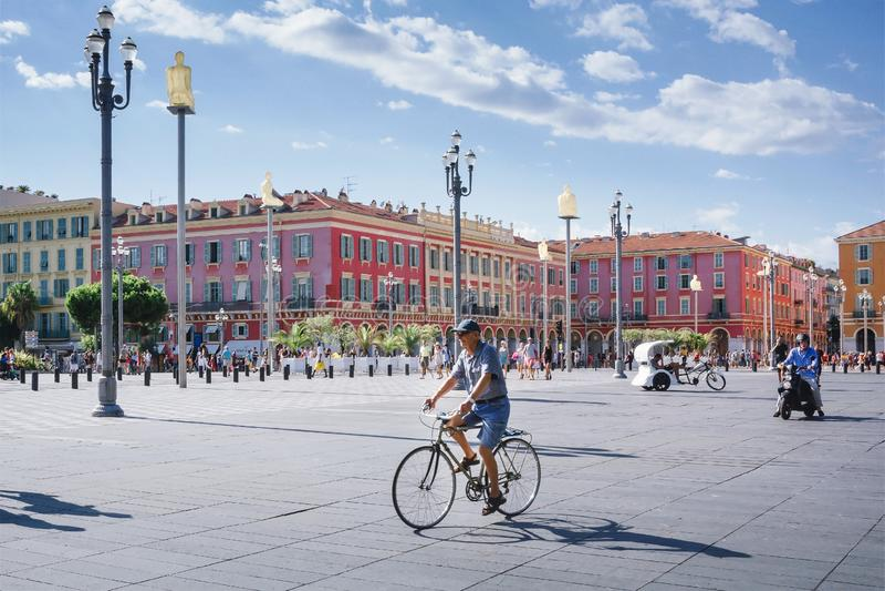 """Νίκαια, Provance, Alpes, υπόστεγο δ """"Azur, γαλλικά, στις 15 Αυγούστου 2018  Άποψη της πλατείας Massena θέσεων με τους ανθρώπους π στοκ φωτογραφίες"""