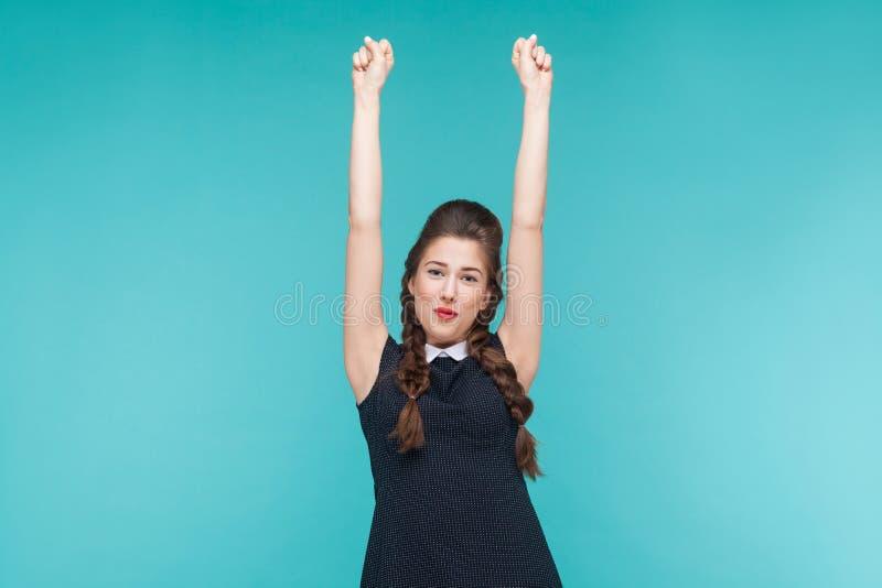 Νίκη! Η επιτυχής νέα γυναίκα που χαίρεται την κερδίζει στοκ εικόνα