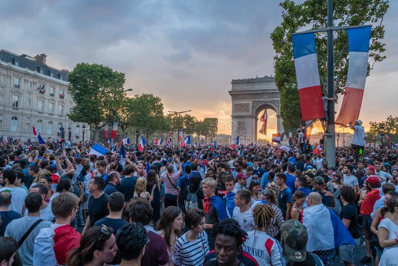 Νίκη ποδοσφαίρου εορτασμού στο Παρίσι μετά από το Παγκόσμιο Κύπελλο του 2018 στοκ φωτογραφία