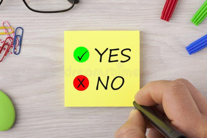 Ναι ή όχι γράφοντας στην έννοια σημειώσεων στοκ φωτογραφία με δικαίωμα ελεύθερης χρήσης