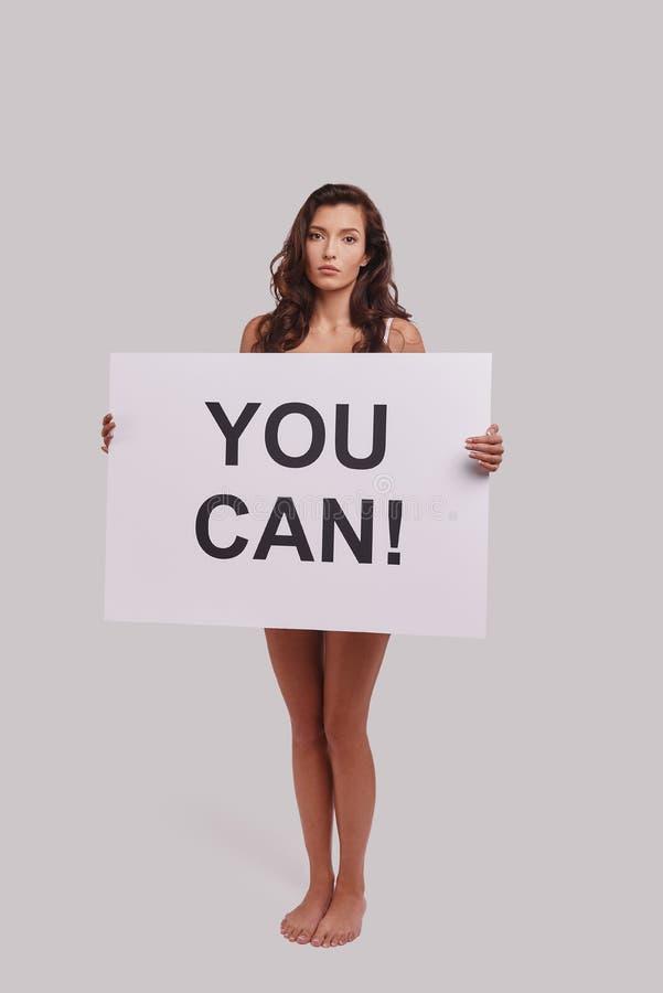 Ναι μπορείτε! Πλήρες μήκος της ελκυστικής νέας γυναίκας που καλύπτει το πνεύμα στοκ φωτογραφίες με δικαίωμα ελεύθερης χρήσης