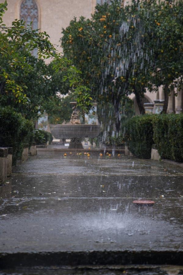 ΝΑΠΟΛΗ, ΙΤΑΛΙΑ - 4 Νοεμβρίου 2018 Βροχή στο μοναστήρι Αγίου Claire με τις λεπτές διακοσμήσεις majolica στις στήλες r στοκ φωτογραφίες