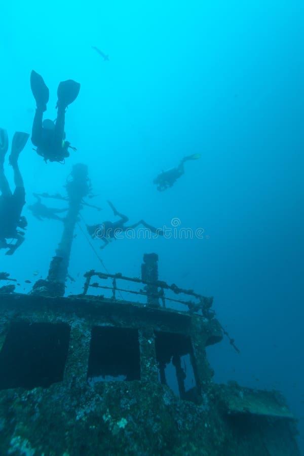 Ναυάγιο και δύτης σκαφάνδρων, Μαλδίβες στοκ εικόνες