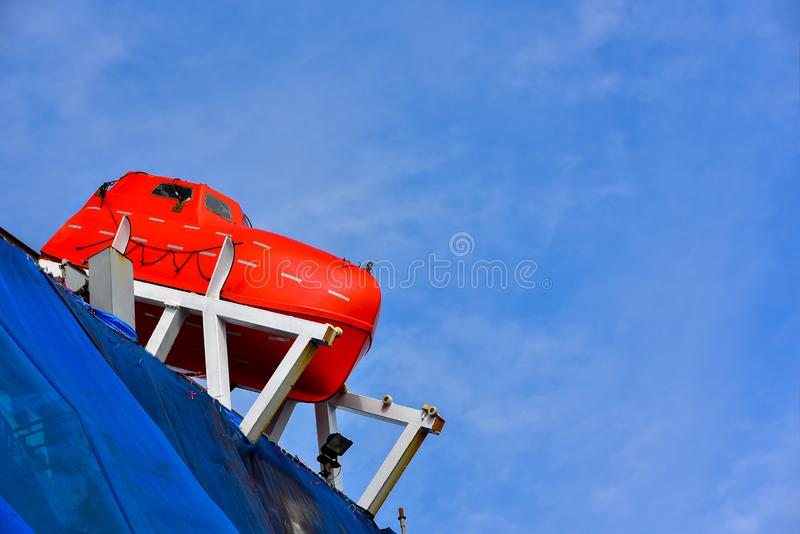 Ναυαγοσωστική λέμβος ή σωσίβιος λέμβος στο σκάφος στην επιπλέουσα ξηρά αποβάθρα στοκ εικόνα με δικαίωμα ελεύθερης χρήσης