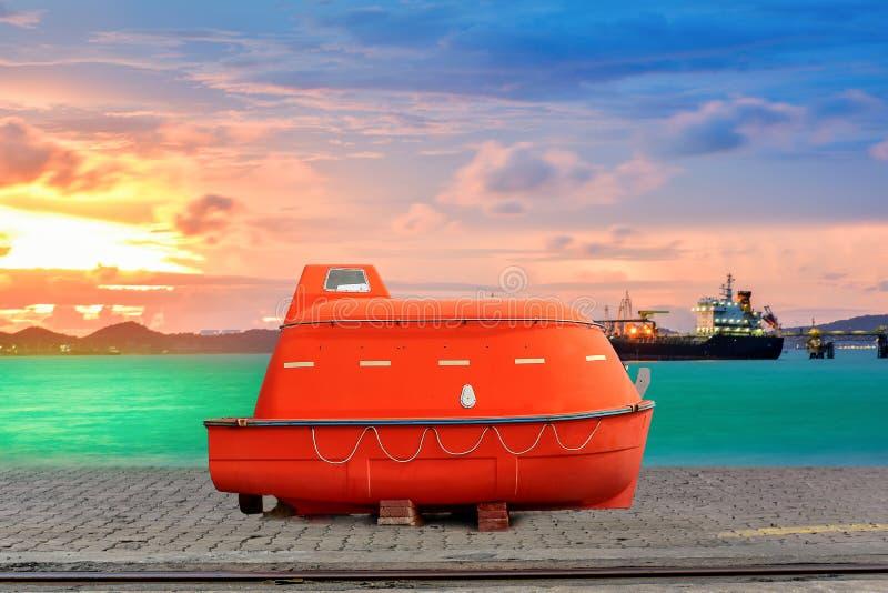 Ναυαγοσωστική λέμβος ασφάλειας στο ναυπηγείο λιμενοβραχιόνων στοκ εικόνα με δικαίωμα ελεύθερης χρήσης