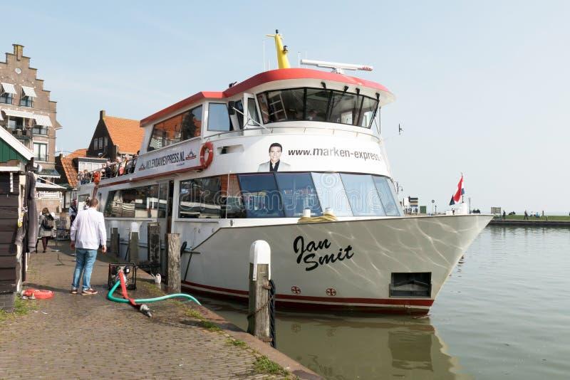 Ναυαρχίδα κα ο Ιαν. Smit από το Volendam Marken σαφές μεταξύ των πόλεων Volendam και Marken λιμένων στοκ εικόνες με δικαίωμα ελεύθερης χρήσης