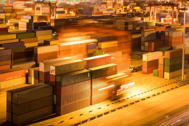 Ναυπηγείο εμπορευματοκιβωτίων τη νύχτα στοκ εικόνα με δικαίωμα ελεύθερης χρήσης