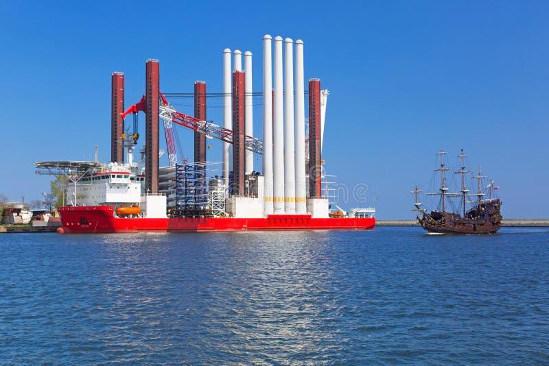 Ναυπηγείο στο Gdynia με το σκάφος εγκαταστάσεων ανεμοστροβίλων στοκ εικόνα με δικαίωμα ελεύθερης χρήσης