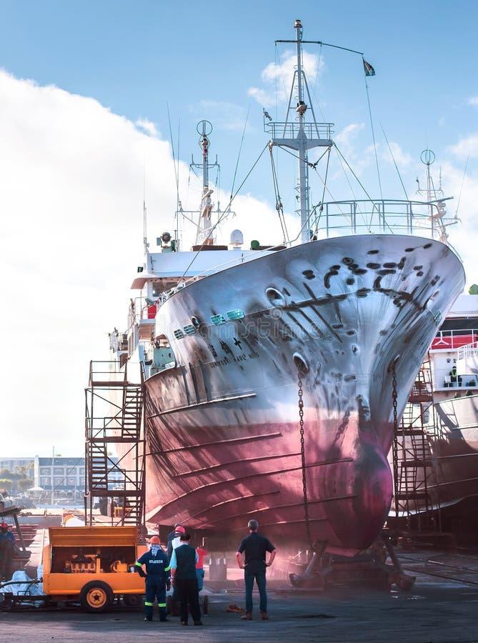 Ναυπηγείο του Καίηπ Τάουν με το μεγάλο αλιευτικό σκάφος στοκ φωτογραφία με δικαίωμα ελεύθερης χρήσης