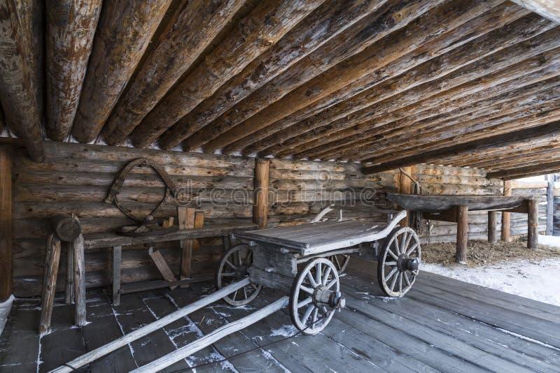 """Ναυπηγείο του σιβηρικού αγρότη με τα γεωργικά μηχανήματα, το αρχιτεκτονικό και εθνογραφικό μουσείο """"Taltsy """", περιοχή του Ιρκούτσ στοκ εικόνες"""