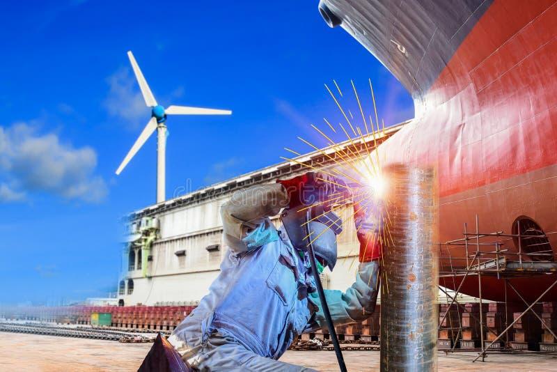 Ναυπηγείο ‹αποβαθρών ‹at†‹Industrial†‹worker†‹welding†‹pipe†‹steel†‹and†‹building†‹Ship†‹mooring†in†στοκ εικόνα με δικαίωμα ελεύθερης χρήσης