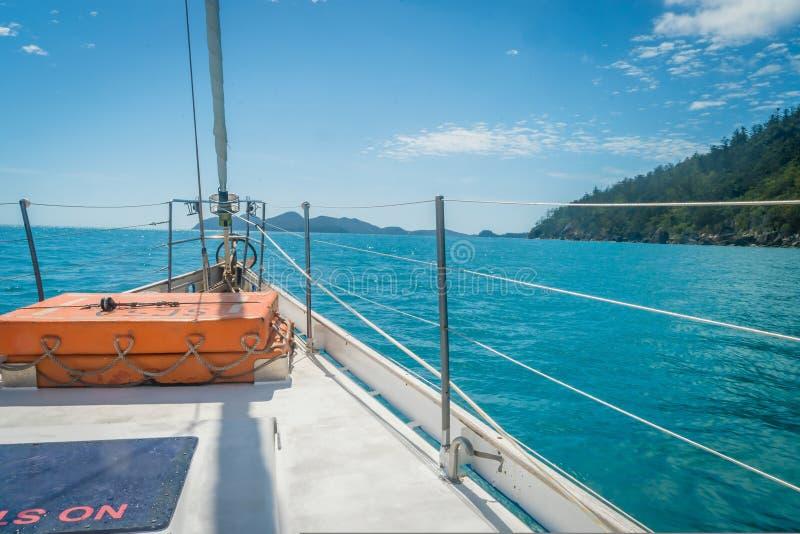 Ναυσιπλοΐα με μια βάρκα στο νησί whitsundays στην Αυστραλία στοκ φωτογραφία