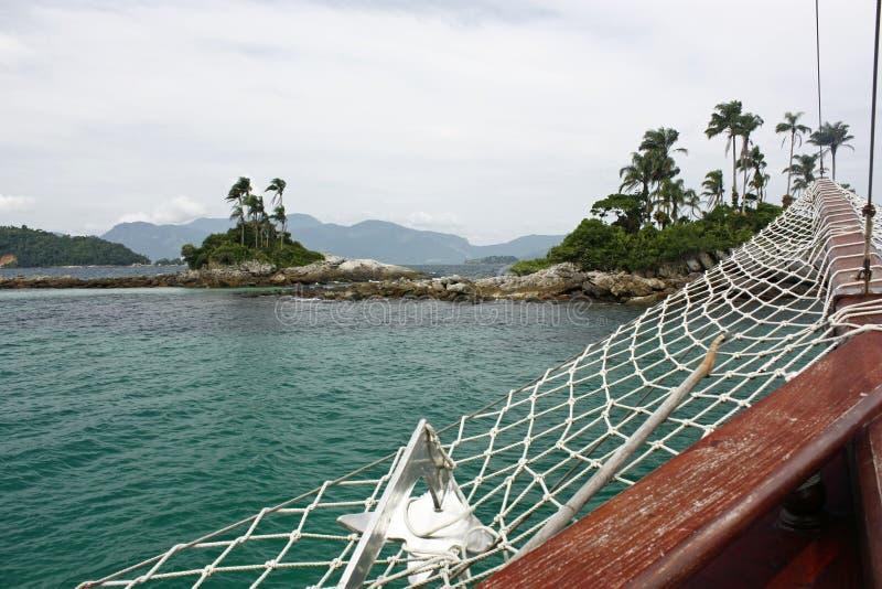 Ναυσιπλοΐα στα πράσινα και σαφή νερά sailboat στοκ εικόνες