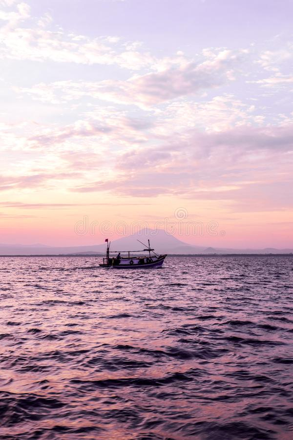 Ναυσιπλοΐα στο ηλιοβασίλεμα στη μέση της ονειροπόλου ωκεάνιας Ινδονησίας στοκ φωτογραφίες