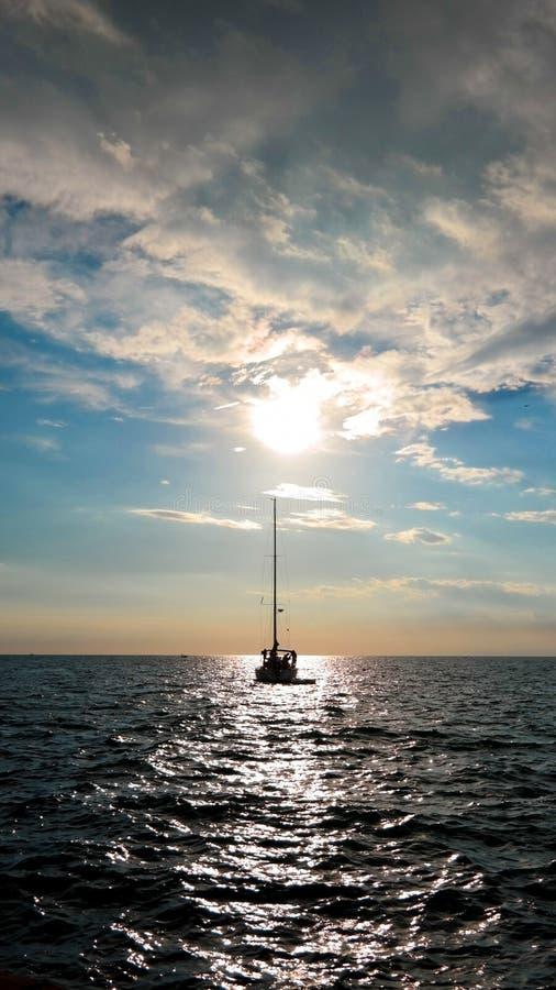 Ναυσιπλοΐα στο ηλιοβασίλεμα στοκ εικόνες με δικαίωμα ελεύθερης χρήσης