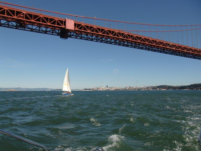 Ναυσιπλοΐα κάτω από τη χρυσή γέφυρα πυλών στοκ φωτογραφία