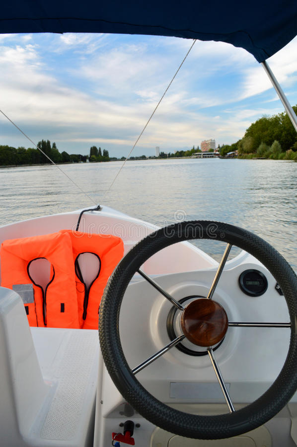 Ναυσιπλοΐα με τη βάρκα στοκ εικόνα με δικαίωμα ελεύθερης χρήσης