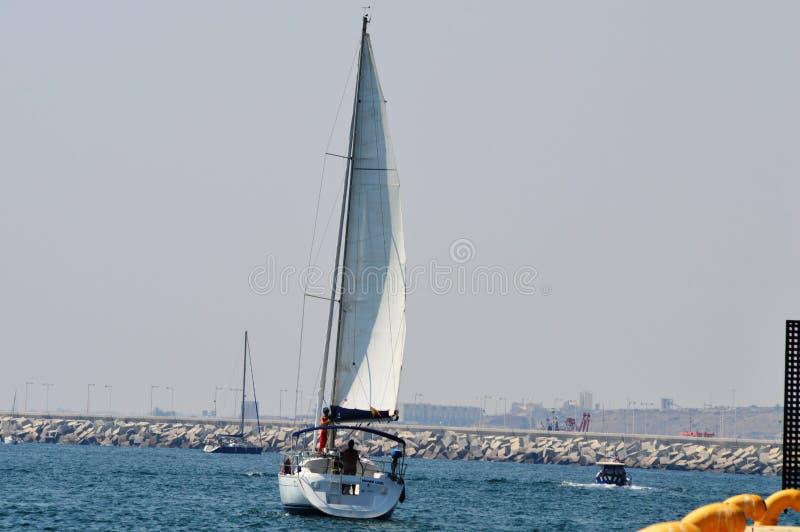 Ναυσιπλοΐα στο εξωτερικό λιμάνι της Αλικάντε στοκ φωτογραφία με δικαίωμα ελεύθερης χρήσης