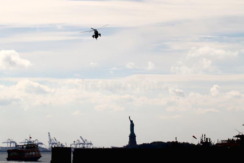 Ναυτικό ένα vh-ΤΡΙΣΔΙΑΣΤΑΤΟ στην προσέγγιση για το ελικοδρόμιο Γουώλ Στρητ στοκ φωτογραφία με δικαίωμα ελεύθερης χρήσης