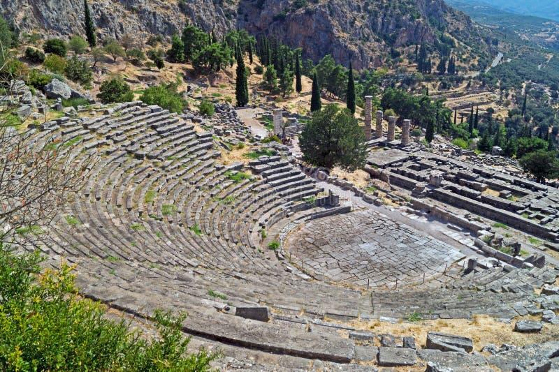 Ναός απόλλωνα και το θέατρο στο χρησμό των Δελφών αρχαιολογικό στοκ εικόνα με δικαίωμα ελεύθερης χρήσης