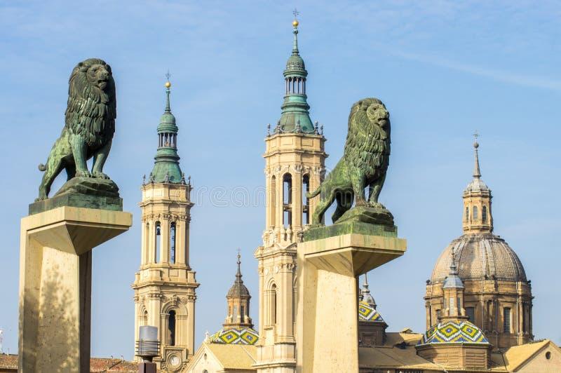 Ναός-βασιλική της κυρίας μας στυλοβάτη και δύο αγαλμάτων των λιονταριών στοκ εικόνα με δικαίωμα ελεύθερης χρήσης