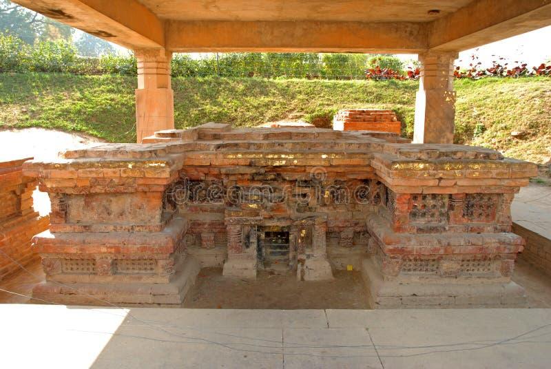 Ναός και βουδιστικά stupas της αρχαίας πόλης Sarnath στοκ φωτογραφία