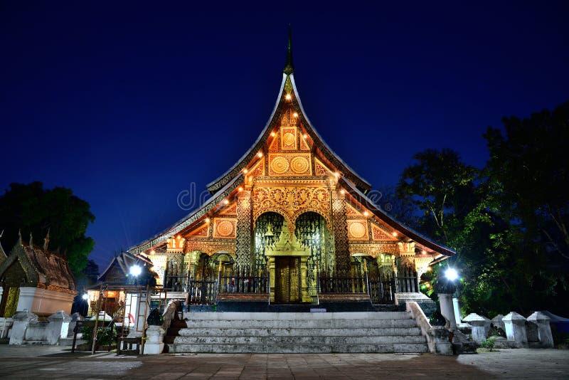 Ναός λουριών Xieng Wat στο λυκόφως, κτύπημα Luang Pra, Λάος στοκ εικόνες