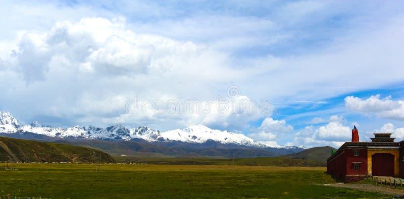 Ναός στο πόδι του βουνού στοκ εικόνες με δικαίωμα ελεύθερης χρήσης