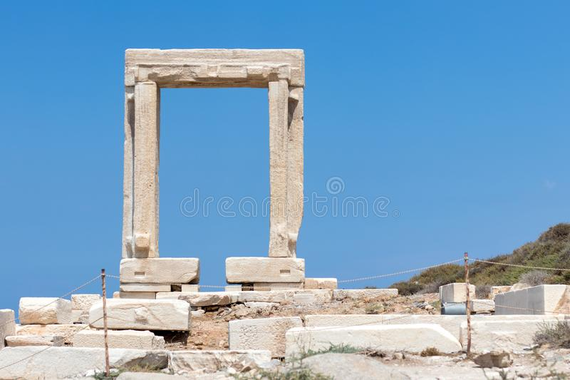 Ναός των αρχαίων ερειπίων του Απόλλωνα στο νησί Νάξος, Κυκλάδες, Ελλάδα Διάσημο ορόσημο της Portara στην πόλη Chora στοκ φωτογραφία με δικαίωμα ελεύθερης χρήσης