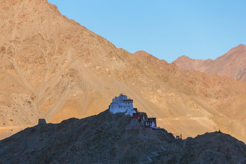 Ναός Maitreya Tsemo στη σκιά κατά τη διάρκεια του ηλιοβασιλέματος σε Leh στοκ φωτογραφίες