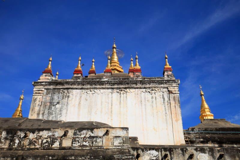 Ναός Manuha, Bagan, το Μιανμάρ στην ηλιόλουστη ημέρα με το μπλε ουρανό στοκ εικόνες