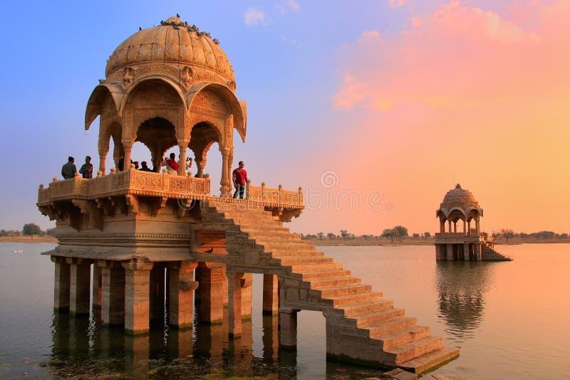 Ναός Sagar Gadi στη λίμνη Gadisar στο ηλιοβασίλεμα, Jaisalmer, Ινδία στοκ εικόνα