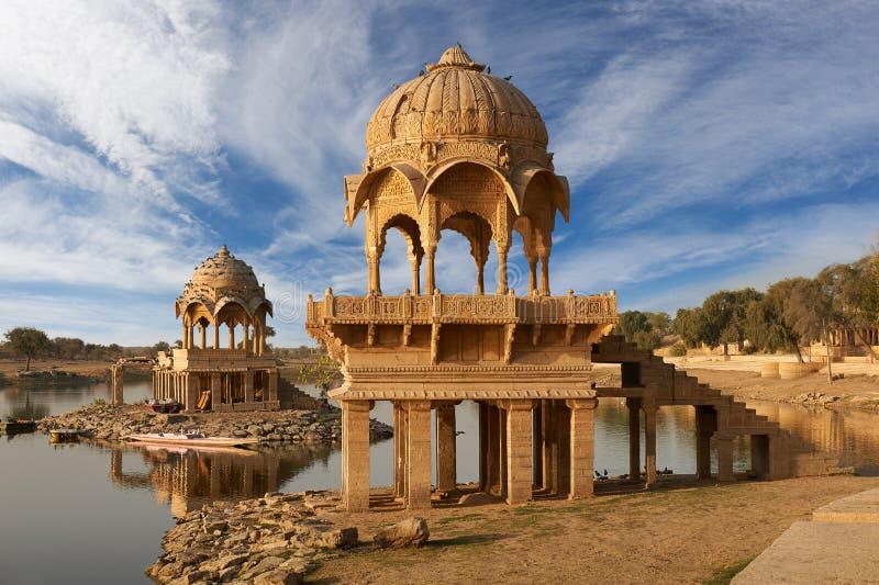 Ναός Sagar Gadi στη λίμνη Jaisalmer, Ινδία Gadisar στοκ εικόνα