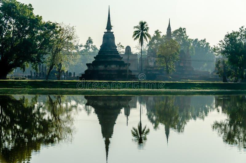 Ναός Stupa στην Ταϊλάνδη με την αντανάκλαση νερού στη λίμνη στοκ φωτογραφίες