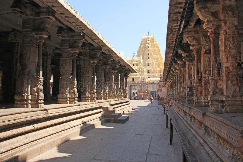 Ναός Virupaksha Shiva karnataka της Ινδίας hampi Άσπρος κίτρινος αποκατεστημένος ναός ενάντια στο μπλε ουρανό χαράζοντας πέτρα στοκ εικόνες
