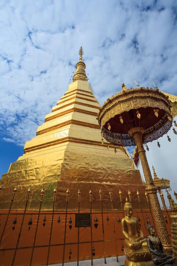 Ναός Wat Pra Tard Chang Kum μπλε ουρανού στην επαρχία γιαγιάδων, Ταϊλάνδη στοκ εικόνες